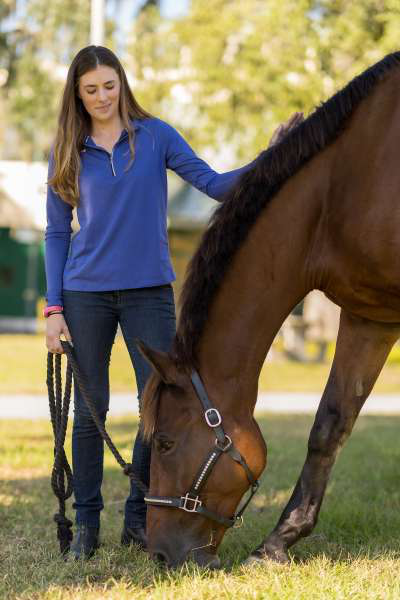 Danielle Ammeson and her horse, Casino Royale, relax between photos outside UF's 大动物医院 on Oct. 14. (Photo by Louis Brems)